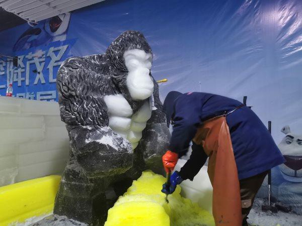 冰雪节的大型冰雕是如何制作的