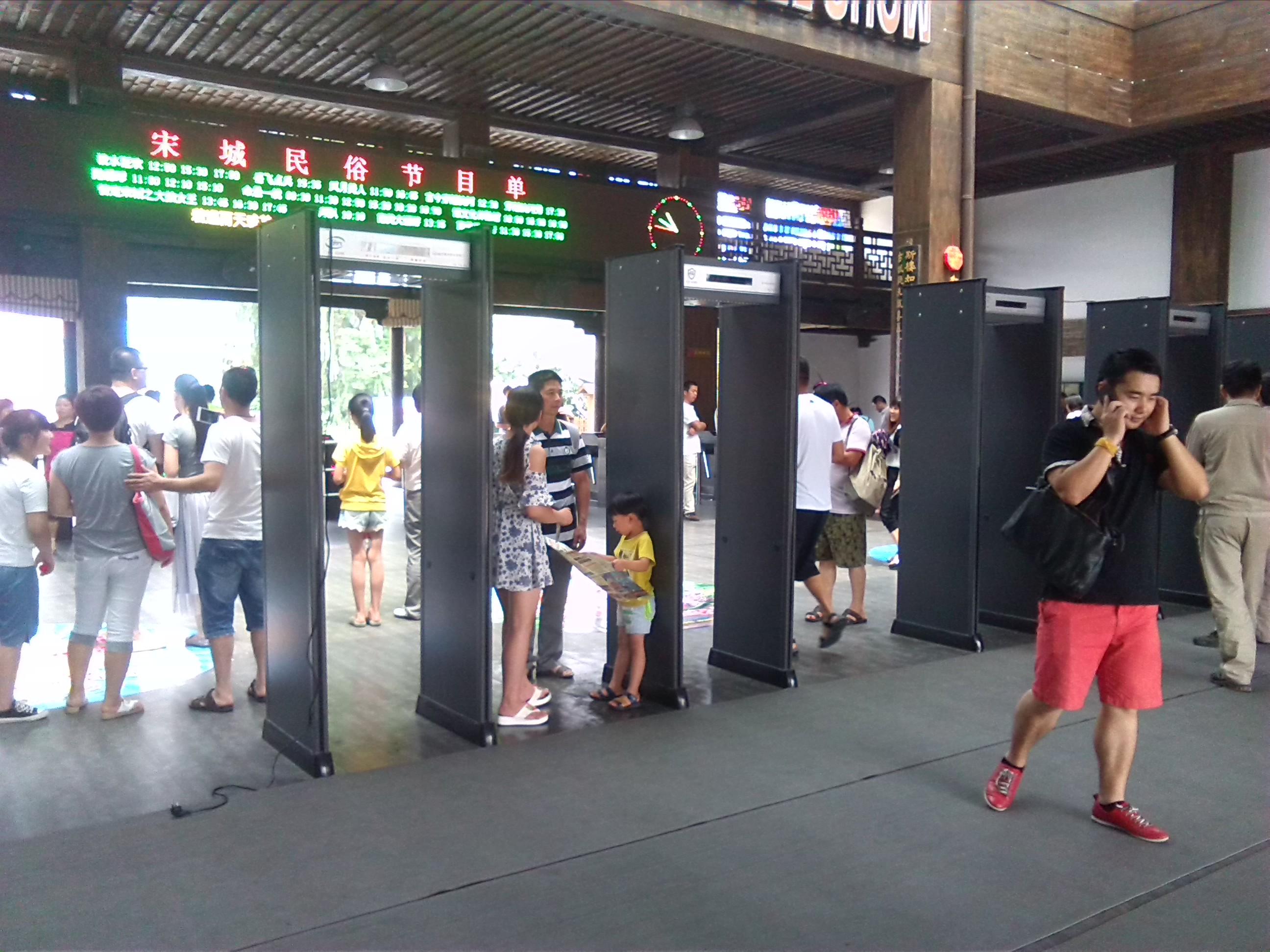 杭州宋城景区安检门升级保障游客安全